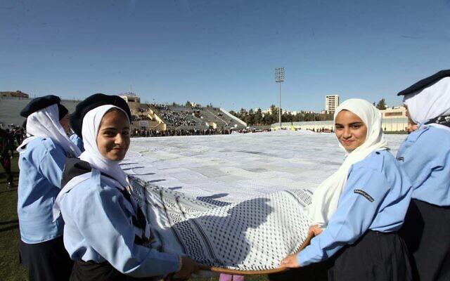 Un keffieh gigantesque a été présenté cette semaine lors d'une cérémonie dans un stade de football dans une ville du sud de la Cisjordanie près de Hébron. (Crédit : Wafa)