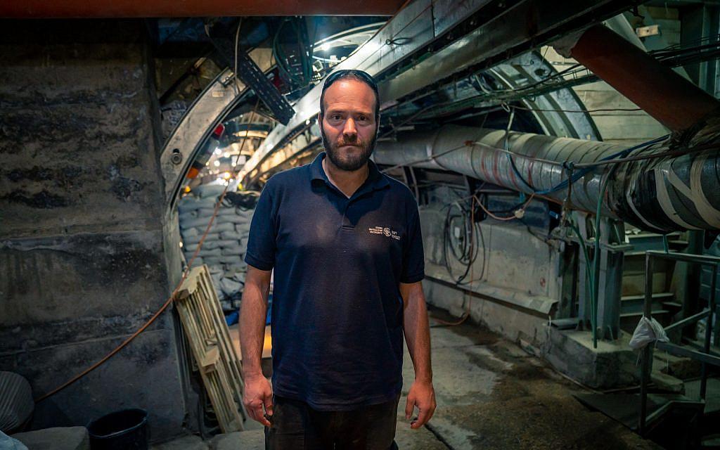 L'archéologue Ari Levy sur le site archéologique de la Cité de David à Jérusalem, le 24 septembre 2019 (Crédit : Luke Tress/Times of Israel)