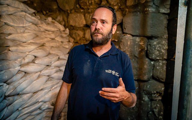 L'archéologue Ari Levy sur le site de fouilles archéologiques de la Cité de David à Jérusalem, le 24 septembre 2019 (Crédit : Luke Tress/Times of Israel)