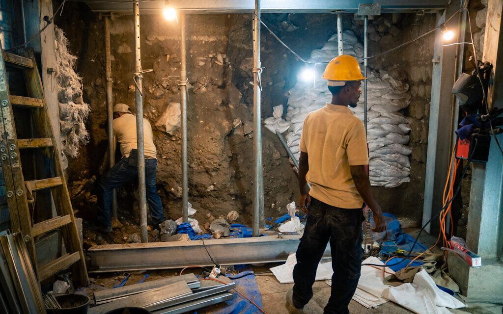 Une équipe prépare une section d'une route romaine souterraine connue sous le nom de chemin de pèlerins, qui se trouve à la Cité de David, à Jérusalem, pour permettre les fouilles sur le site, le 24 septembre 2019 (Crédit : Luke Tress/Times of Israel)