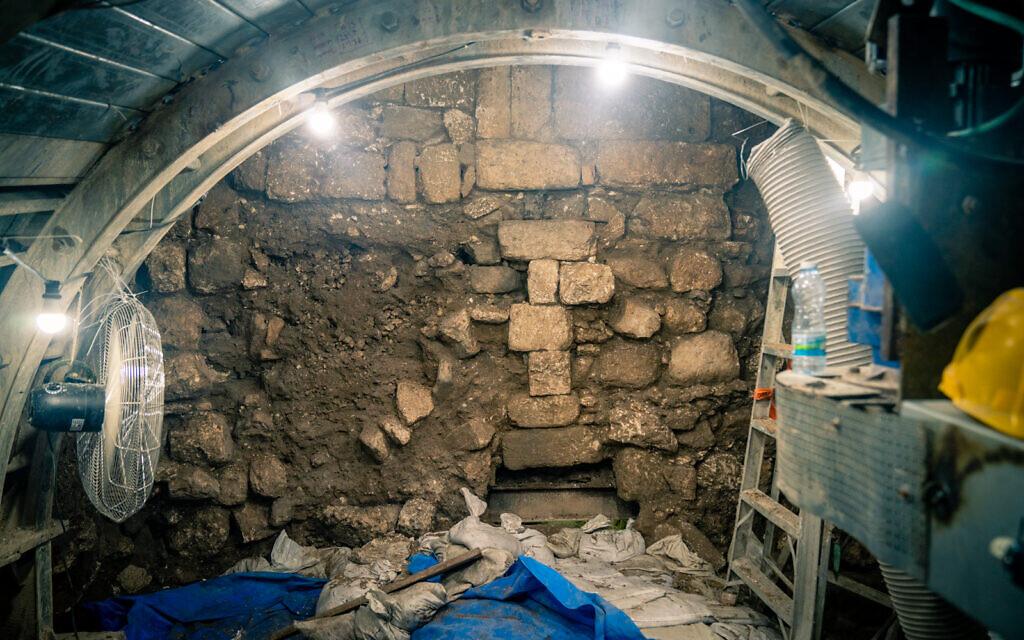 La route romaine connue sous le nom de chemin des pèlerins en cours de fouilles sur le site archéologique de la Cité de David à Jérusalem, le 24 septembre 2019 (Crédit : Luke Tress/Times of Israel)