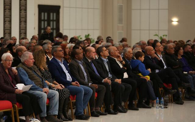 Des centaines d'activistes israéliens participent à un événement organisé au siège présidentiel de Ramallah, le 28 novembre 2019 (Crédit : Wafa)