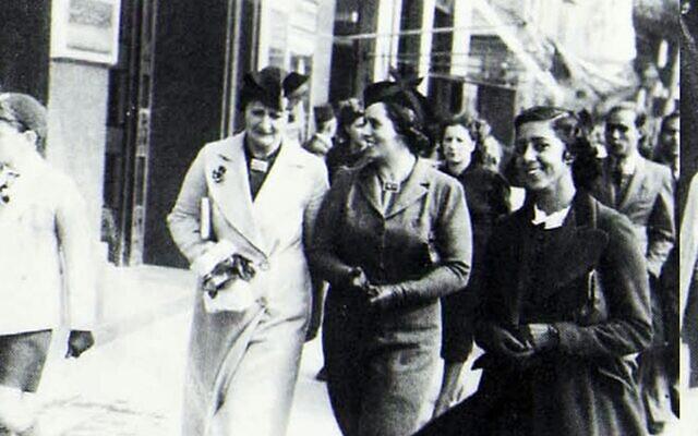 Des passantes juives, rue Fouad, au Caire, en 1939. (Crédit : Le Second Exode)