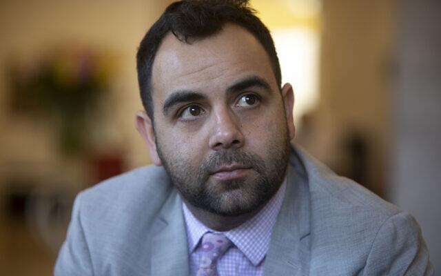 Le militant-chercheur de Human Rights Watch Omar Shakir, pendant une interview à Jérusalem, le 24 novembre 2019 (Crédit :  AP Photo/Sebastian Scheiner)
