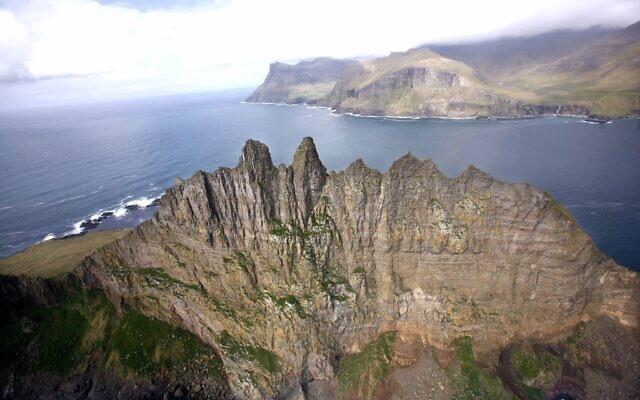 Vue aérienne de l'îlot de Tindholmur, au large de l'île de Vagar aux îles Féroé, le 25 mai 2007 (Crédit : AP Photo/John McConnico)