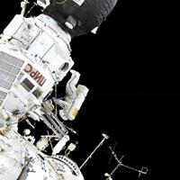 Dans cette image réalisée à partir d'une vidéo fournie par la NASA, le commandant de l'expédition 59, Oleg Kononenko, au centre, participe à une sortie dans l'espace à l'extérieur de la Station spatiale internationale avec le mécanicien de bord Alexey Ovchinin, le mercredi 29 mai 2019. (NASA via AP)