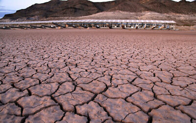 ARCHIVE - Photo du 16 juillet 2014 : ce qui était autrefois une marina se trouve en hauteur et à sec en raison du retrait du lac Mead dans la zone nationale de loisirs du lac Mead en Arizona. On s'attend à des variations extrêmes du temps dans le cadre d'un climat changeant. (Crédit : AP Photo/John Locher, File)