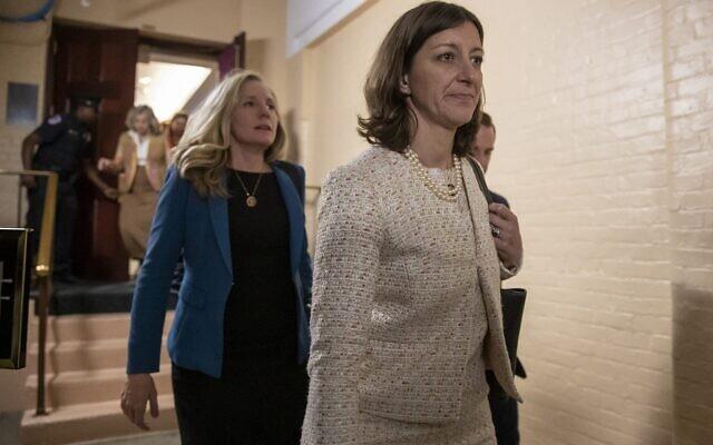 La représentante Elaine Luria, à droite, suivie par la représentante Abigail Spanberger, à gauche, quitte une rencontre du caucus démocrate de la chambre avec la présidente de la chambre Nancy Pelosi  au capitole, le 24 septembre 2019 (Crédit : AP Photo/J. Scott Applewhite)