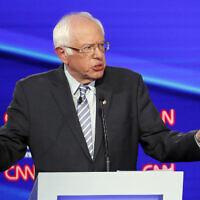 """Le candidat démocrate à l'élection présidentielle, le sénateur Bernie Sanders, Indépendant du Vermont, prend la parole lors d'un débat aux primaires organisé par CNN/""""New York Times"""" à la Otterbein University, le 15 octobre 2019, à Westerville, Ohio. (John Minchillo/AP)"""