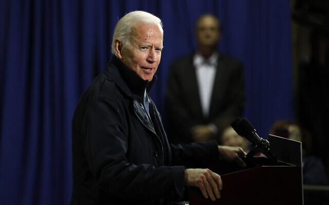 Le candidat démocrate à la présidentielle et ancien vice-président Joe Biden durant une rencontre à la mairie, à Fort Dodge, dans l'Iowa, le 31 octobre 2019 (Crédit : AP Photo/Charlie Neibergall)