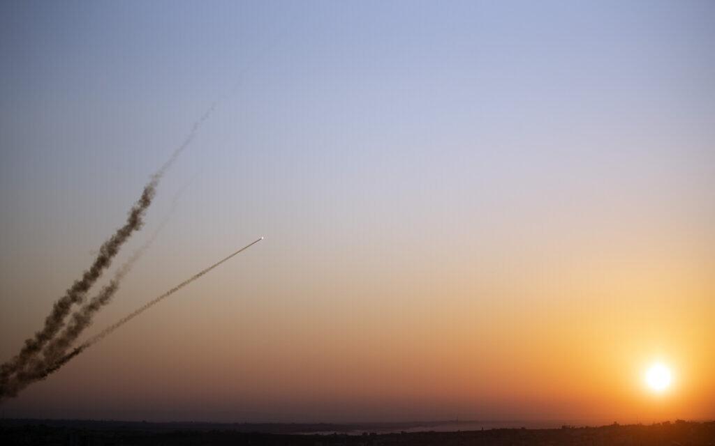 Des roquettes lancées depuis la bande de Gaza vers Israël, le 12 novembre 2019. (Crédit : AP Photo/Khalil Hamra)