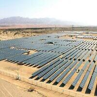 Vue aérienne de panneaux solaires à proximité de la ville d'Eilat, au sud du pays (Crédit : Moshe Shai/FLASH90)