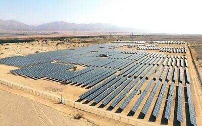 Vue aérienne de panneaux solaires dans le désert près d'Eilat, en Israël. (Crédit : Moshe Shai/FLASH90)