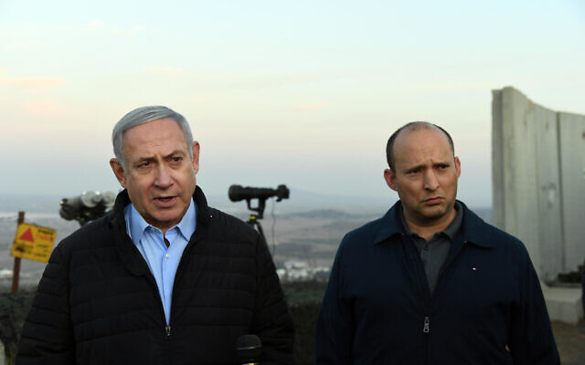 Le Premier ministre Benjamin Netanyahu (à gauche) et le ministre de la Défense Naftali Bennett lors d'une visite sur la frontière nord, le 24 novembre 2019. (Haim Zach/GPO)
