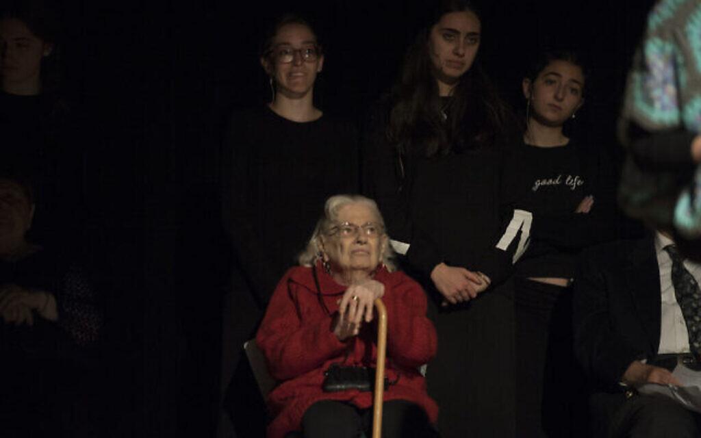 La survivante de la Shoah Claudine Barbot dans une production interprétée par les les étudiants de la yeshiva du lycée Flatbush Joel Braverma,  le 23 avril 2017 dans le film Witness Theater (Crédit : Debbie Egan-Chin/New York Daily News)