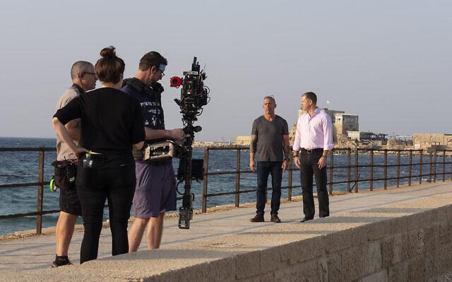 L'équipe TrueFeatures filme dans le Caesarea National Park, avec Joe Mullings, (à gauche), et Harel Gadot, président exécutif et président de XACT Robotics Ltd.; le 5 novembre 2019. (Paige Marogil)