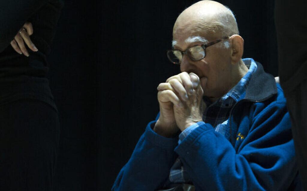 """Isaac Blum, survivant de la Shoah, dans """"The Spirit of Hope"""", interprété par les les étudiants de la yeshiva du lycée Flatbush Joel Braverma, dans le film Witness Theater, le 23 avril 2017 (Crédit : Debbie Egan-Chin/New York Daily News)"""