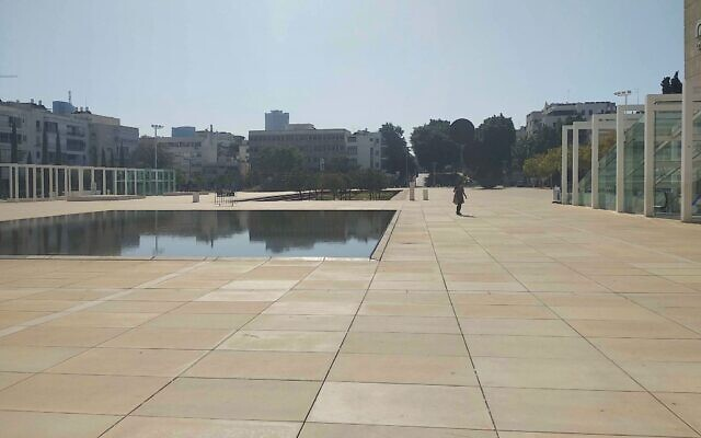 La place Habima à Tel Aviv, habituellement bondée, construite au-dessus du plus grand refuge antiaérien de la ville, vide dans l'après midi du 12 novembre 2019 (Crédit :  Melanie Lidman/Times of Israel)
