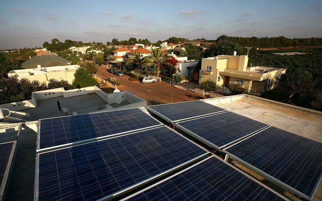 Des panneaux solaires sur le toit d'une habitation du centre d'Israël (Crédit : Chen Leopold / Flash 90)