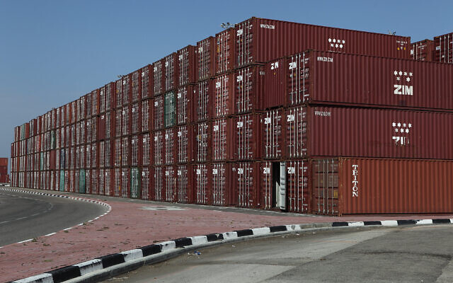 Photo d'illustration : Des conteneurs de transport dans le port de Haïfa (Crédit : Yaakov Naumi/Flash90)