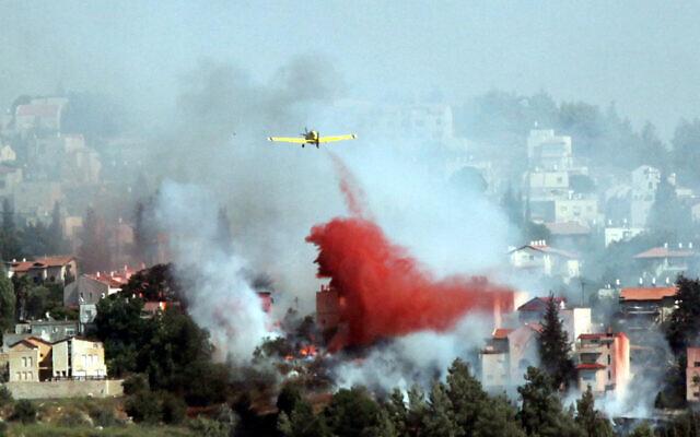 Photo d'illustration : Des avions et des pompiers tentent d'éteindre un feu de forêt qui s'est déclaré à Mevaseret Zion, aux abords de Jérusalem, le 15 juillet 2012 (Crédit :  Yossi Zamir/Flash 90)