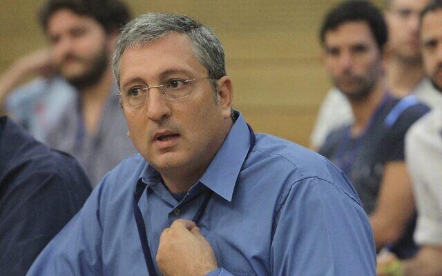 Nir Hefetz, qui était alors rédacteur en chef du journal Maariv, lors d'une réunion de la Commission des Affaires économoqies à la Knesset, le 27 septembre 2012 (Crédit : Miriam Alster/Flash90)
