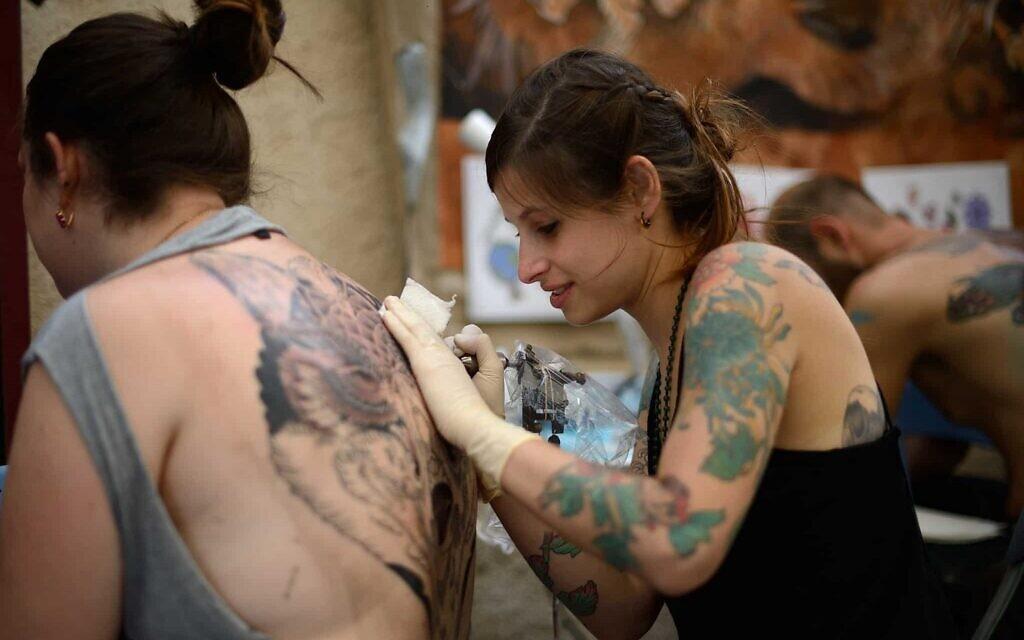 Les réseaux sociaux ont considérablement influencé la culture du tatouage, selon des experts. (Crédit : Gili Yaari/Flash90)