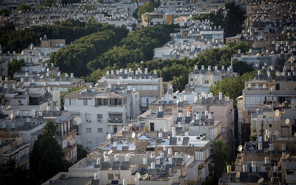 Des chauffe-eaux à l'énergie solaire sur les toits de Tel Aviv (Crédit : Miriam Alster/FLASH90)