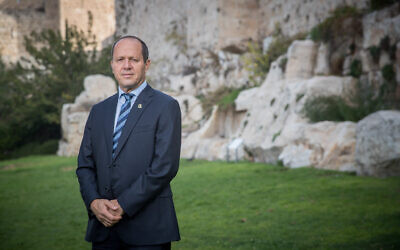 L'ancien maire de Jérusalem Nir Barkat photographié à l'extérieur des remparts de la Vieille Ville de Jérusalem. (Yonatan Sindel/Flash90)