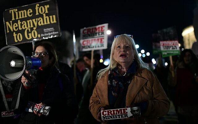Des Israéliens protestent contre la corruption gouvernementale, réclamant la démission de Netanyahu, sur la place Habima de Tel Aviv, le 2 mars 2019 (Crédit :  Tomer Neuberg/Flash90)