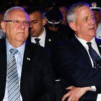 Le Président Reuven Rivlin (à gauche) et le dirigeant de Kakhol lavan Benny Gantz assistent à une cérémonie de Yom HaShoah au kibboutz Yad Mordechai dans le sud d'Israël, le 2 mai 2019. (Flash90)