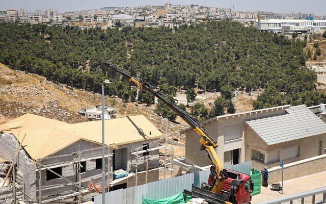 Photo d'illustration : Des travaux de construction dans le quartier de Dagan, dans l'implantation d'Efrat, en Cisjordanie, le 22 juillet 2019. (Crédit : Gershon Elinson/Flash90)