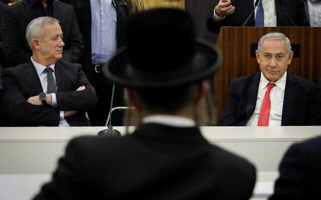 Le Premier ministre Benjamin Netanyahu (à droite) et le dirigeant de Kakhol lavan Benny Gantz, lors d'une cérémonie marquant le sixième anniversaire du décès du rabbin Ovadia Yossef, à la Knesset, le 4 novembre 2019. (Hadas Parush/Flash90)
