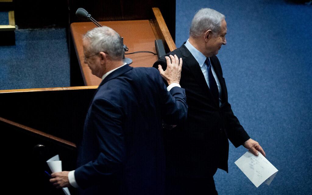 Le Premier ministre Benjamin Netanyahu (à droite) et le chef du parti Kakhol lavan Benny Gantz lors d'une cérémonie commémorative marquant les 24 ans de l'assassinat de l'ancien Premier ministre Yitzhak Rabin, à la Knesset, le 10 novembre 2019. (Yonatan Sindel/Flash90)
