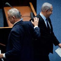 Le Premier ministre Benjamin Netanyahu (à droite) et le chef du parti Kakhol lavan Benny Gantz lors d'une cérémonie commémorative marquant les 24 ans de l'assassinat de l'ancien Premier ministre Yitzhak Rabin, à la Knesset, le 10 novembre 2019. (Crédit : Yonatan Sindel/Flash90)