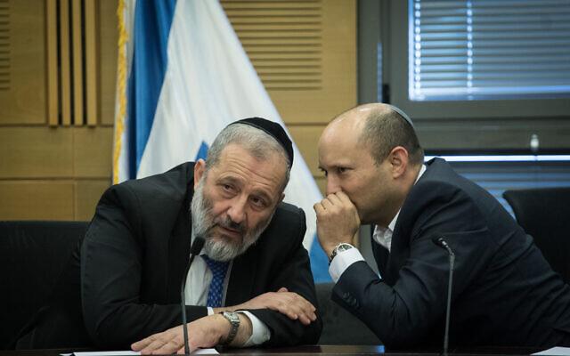 Le ministre de la Défense Naftali Bennett, (à droite), s'entretient avec le ministre de l'Intérieur Aryeh Deri lors d'une réunion avec des partis de droite à la Knesset à Jérusalem, le 18 novembre 2019. (Hadas Parush/Flash90)