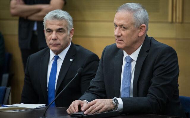 Benny Gantz (à droite) et Yair Lapid de Kakhol lavan lors d'une réunion de faction à la Knesset, le 18 novembre 2019. (Hadas Parush/Flash90)