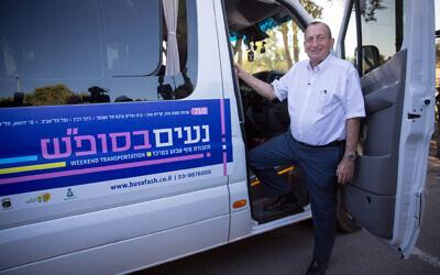 Le maire de Tel Aviv Ron Huldai prend la pose lors du lancement des nouveaux bus de la ville qui circuleront pendant Shabbat, dès ce week-end, le 20 novembre 2019. (Crédit : Miriam Alster/FLASH90)