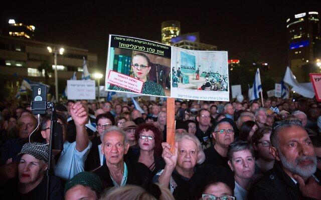 Les partisans du Premier ministre Benjamin Netanyahu brandissent des pancartes contre les juges et les procureurs d'Etat, lors d'une manifestation à Tel Aviv, le 26 novembre 2019. (Miriam Alster/Flash90)