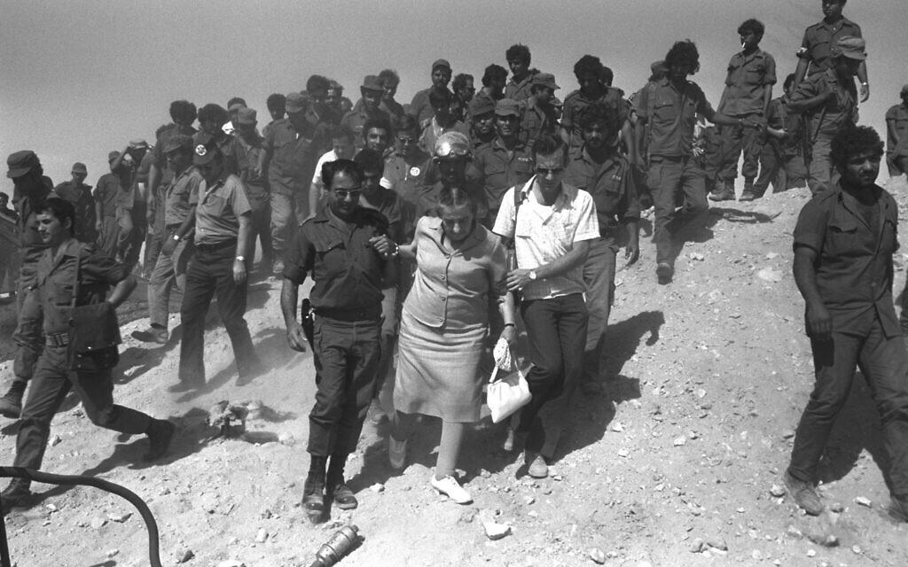 La Première ministre de l'époque,  Golda Meir, avec le chef du Commandement Sud, le général Shmuel Gonen, au cours de la guerre de Yom Kippour, en 1973, au cours de la visite d'un poste de commandement dans le désert du Sinaï. (Crédit : Yitzhak Segev/GPO)