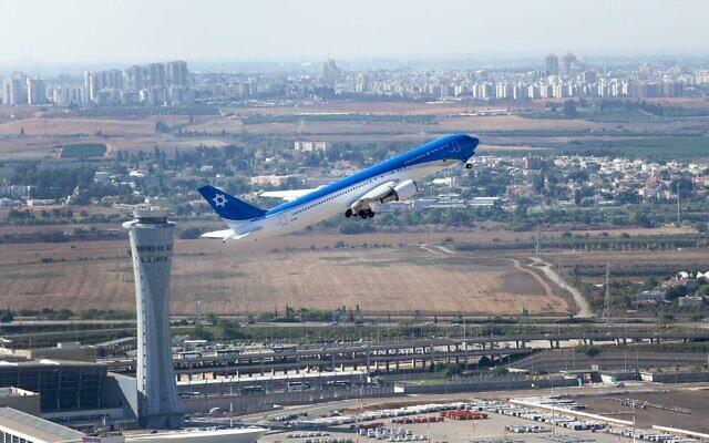 «L'aile de Sion», la version israélienne d'Air Force One, vole au-dessus de l'aéroport Ben Gurion, lors de son premier vol d'essai, le 3 novembre 2019. (Crédit : Yoav Weiss / Israel Aerospace Industries)