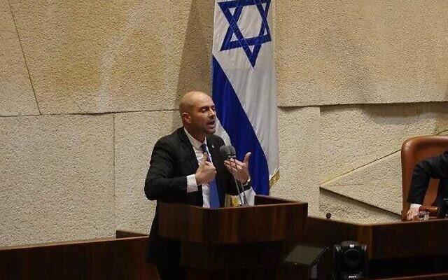 Amir Ohana parle depuis la tribune de la Knesset, le 6 novembre 2019 (Crédit :  Adina Wellman / bureau du porte-parole de la Knesset)