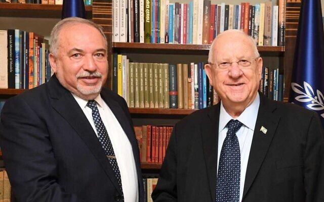 Avigdor Liberman (à gauche), dirigeant de Yisrael Beytenu, et le président Reuven Rivlin se rencontrent à la résidence du président à Jérusalem, le 13 novembre 2019. (Mark Neiman/GPO)