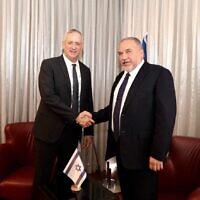 Le chef du parti Kakhol lavan Benny Gantz (à gauche) et son homologue d'Yisrael Beytenu Avigdor Liberman, à l'hôtel Kfar Maccabiah, de Ramat Gan, le 14 novembre 2019. (Crédit : Elad Malka)