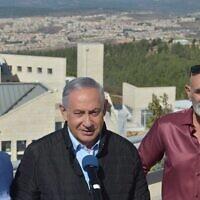 De gauche à droite : le président du conseil régional du Gush Etzion Shlomo Ne'eman, le Premier ministre Benjamin Netanyahu et le président du conseil de Yesha David Elhayani à un point d'observation du Gush Etzion, le 19 novembre 2019. (Crédit : Haim Zach/GPO)
