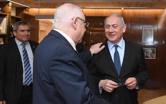 Le Président Reuven Rivlin (C) rencontre le Premier Ministre Benjamin Netanyahu (D) à sa résidence officielle à Jérusalem, le 19 novembre 2019. À l'arrière-plan se trouve Zeev Elkin, négociateur de la coalition du Likud. (Mark Neiman/GPO)