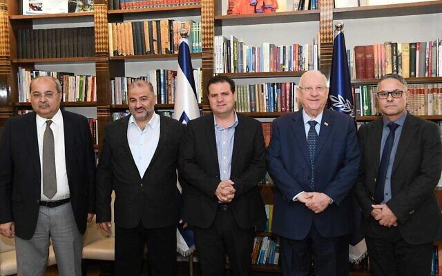 (De droite à gauche) Le député de la Liste arabe unie Mtanes Shihadeh, le président Reuven Rivlin, les députés Ayman Odeh, Mansour Abbas et Ahmad Tibi de la Liste arabe unie, lors d'une réunion à la résidence du Président à Jérusalem, le 20 novembre 2019. (Crédit : Amos Ben Gershom/GPO)