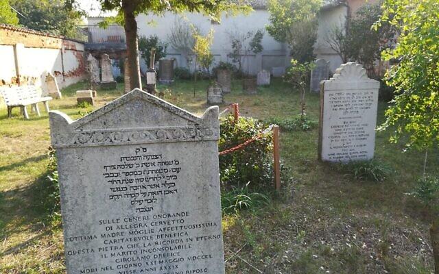 Le cimetière juif d'Ostiano, en Italie, restauré par Giuseppe Minera. (Crédit : Giovanni Vigna/ Times of Israel)