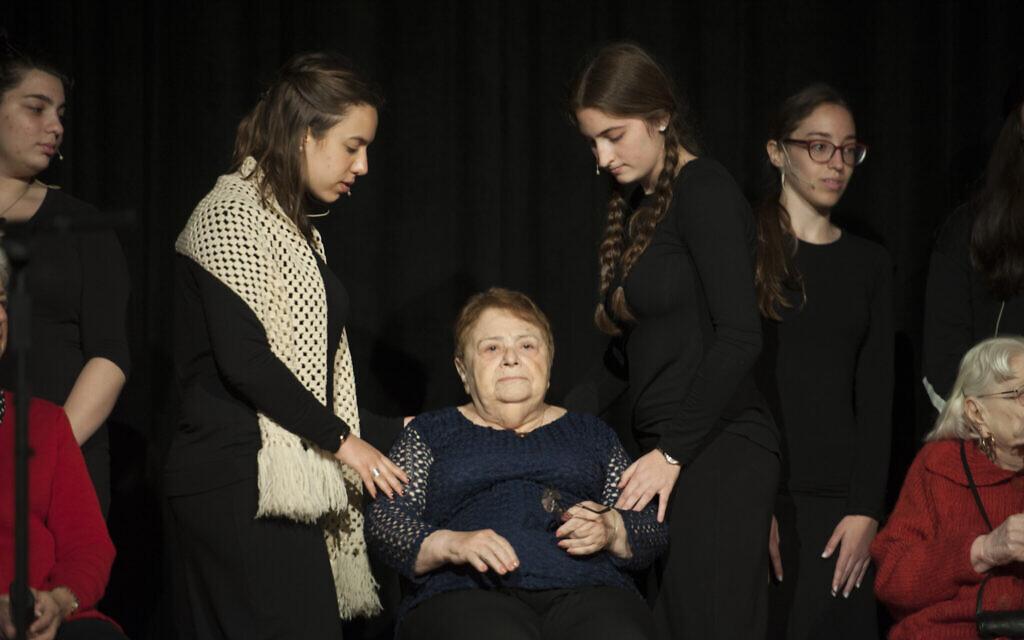 La survivante de la Shoah,  Khana Kuperman,  95 ans, dans une production interprétée par les les étudiants de la yeshiva du lycée Flatbush Joel Braverma, le 23 avril 2017,  dans le film Witness Theater (Crédit : Debbie Egan-Chin/New York Daily News ; Autorisation : Rudavsky)