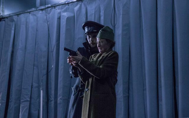 """Des acteurs jouent la pièce """"Notre peuple"""" au théâtre Juozas Miltinis de Panevėžys, en Lituanie, le 24 novembre 2019. (Crédit : Arvydo Gudo via JTA)"""